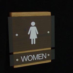 Ξύλινη επιγραφή με Plexiglass και βινύλιο για τουαλέτες