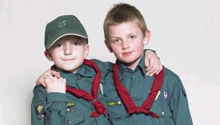drenge i uniform