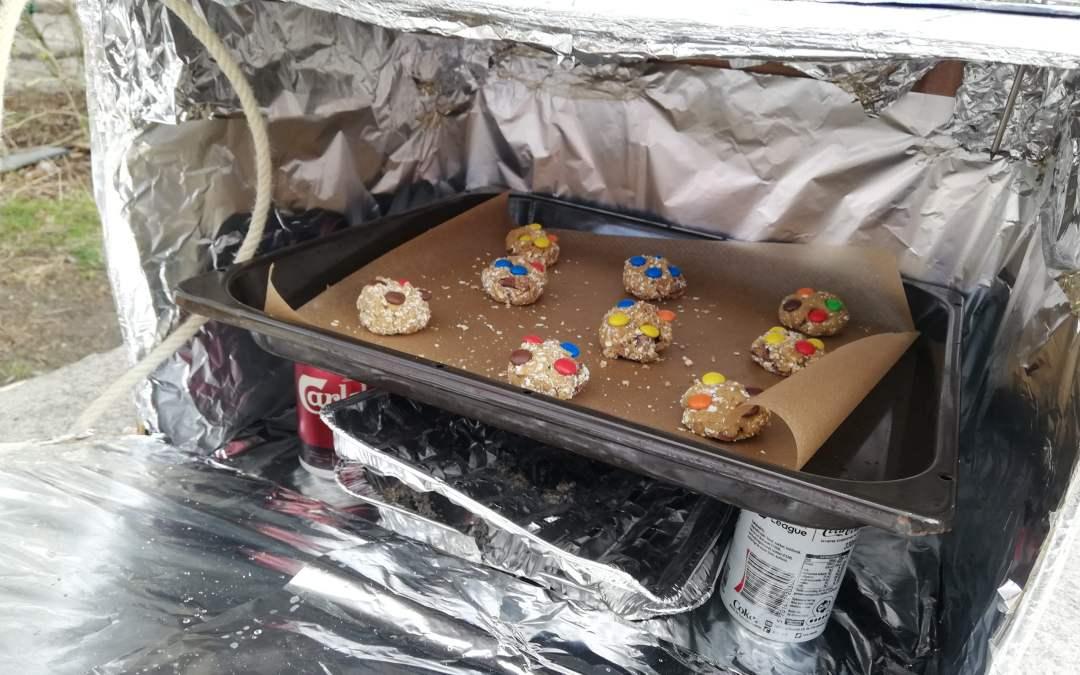 Ulvene bager cookies i papkasser