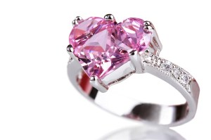 Ring med rosa ädelsten formad som ett hjärta