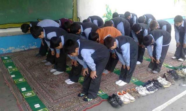 وادار کردن کودکان به نماز،آیا جنایت نیست؟ آیا نباید کودک به سن بالایی برسد که خود راجع به ادیان گوناگون مطالعه کند، و آن را می خواهد بر گزیند؟ آیا با این روش که مغز نوباوگان را پر از خرافات اسلام می کنند، حق انتخاب را از او نگرفته اند؟. آخر حقیقت اینست که اگر نوجوانی راجع به اسلام مطالعه کند، هرگز بدان تن در نخواهد داد.