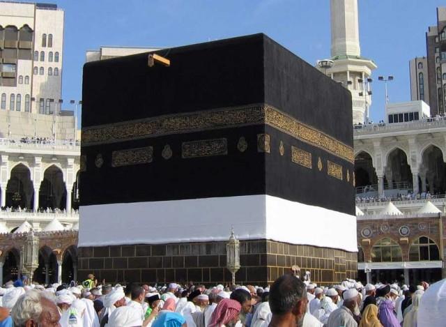 این خانه کعبه و به عبارتی خانه الله است. در دوران پیش از اسلام مانند همین جمعیتی که امروز به دور کعبه می گردند، صحرانشینان عربستان هم به دور کعبه که بتخانه بود می گشتند، و باصدای بلند اشعار ی می خواندند. در حقیقت چیزی عوض نشده فقط محمدابن عبدالله مردی خودکامه و زنباره تصمیم گرفت کلاه سر مردم کشور خود گذارد. بنا براین خود را نماینده الله معرفی کرد که الله نام بت بزرگ آن جا بود. سپس دور کعبه گشتن را به عنوان مراسم حج و سعی میان صفا و مروه متداول ساخت. کلاهی بزرگ بر سر ۱/۶ میلیارد مردم نا آگاه و نادان.