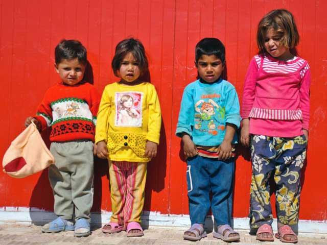 فرتور چند کودک فقیر را نشان می دهد. چهره های غمبار این کودکان خالی از هرگونه امید به زندگی است. این کودکان از داشتن آرزوهای کودکانه و دنیایی بچه گانه محرومند چرا که تا دست چپ و راست خود را می شناسند، روانه خیابان ها شده و مشغول به کارهای سخت و رنجبار می شوند. آیا زمان آن نرسیده که برای نجات کودکان و نسل های آینده ایران زمین بر خیزیم؟