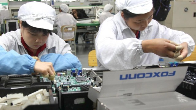 Contract assemblers Foxconn and Pegatron are paying higher bonuses for recruited workers to build the iPhone 13 - Apple iPhone assemblers, expecting huge increases in production, hike recruiting bonuses for workers