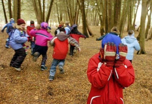 agefoto_rm_photo_of_kids_playing_hide_and_seek