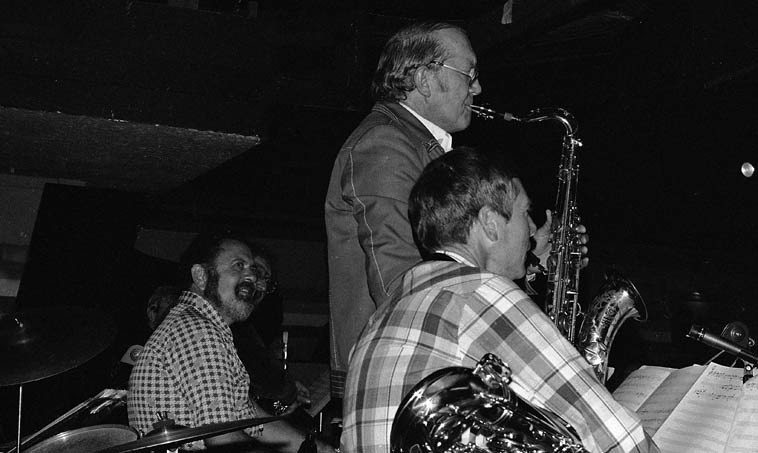 Bob Cooper launches into the vapor trail of the Master of Time & Space (Lester Young) on the  band PREZ CONFERENCE ---- check out leader Dave Pell's admiration!  ---- Donte's, North  Hollywood -- April 29, 1980 ---- photo by Mark Weber