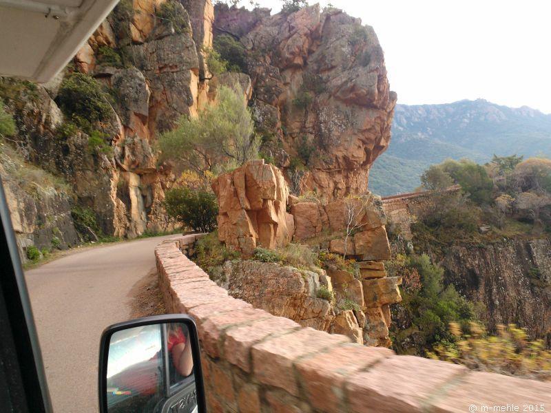 Abenteuerliche und schmale Bergstraße auf Korsika