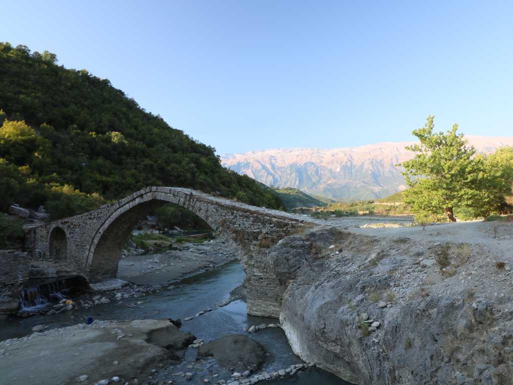Blick über die osmanische Brücke bei den Thermalquellen von Benja
