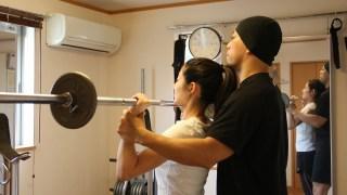 トレーニング指導を受ける女性