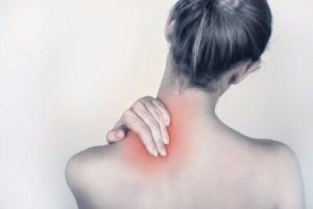肩の痛みを感じる女性