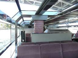 水上バスの天井の上下