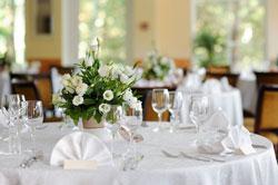table de mariage ronde nappage blanc bouquet rond blanc verrerie couvert