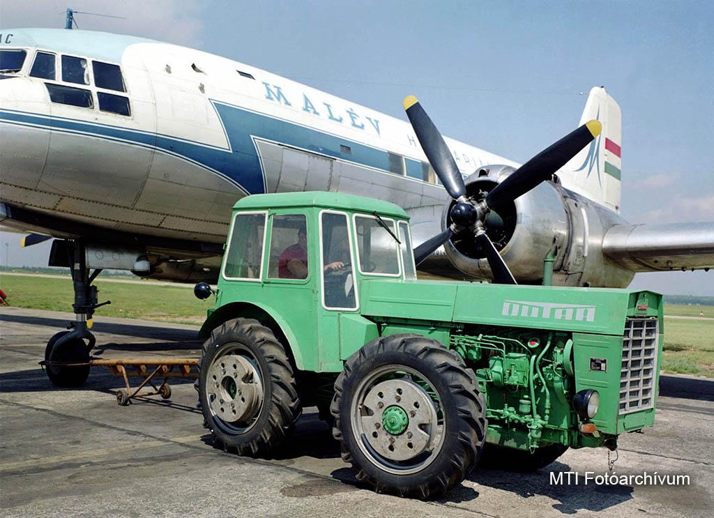 1968. május 8. A Vörös Csillag traktorgyár két DUTRA típusú traktorral segíti Ferihegyen a repülőgépek földi vontatását. A D 4K/B és az UE 51 típusú traktorokkal rendezik a földi mozgatást, ami által nagy mennyiségű üzemanyag takarítható meg és a repülőgép- motorok élettartalma is nő. A képen: az UE 50 traktor vontatja az IL 14-es repülőgépet. MTI Fotó: Jármai Béla