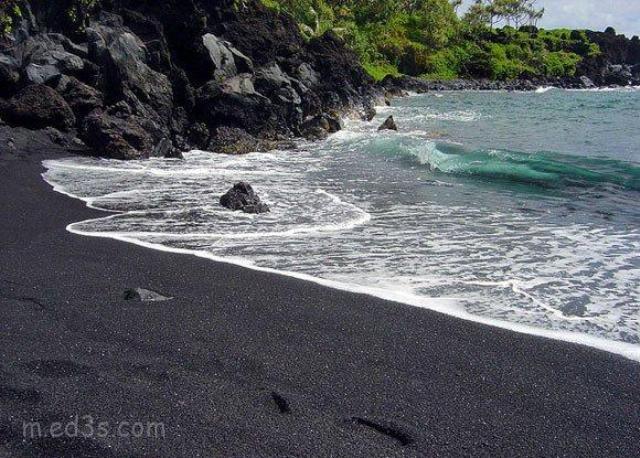 شاطئ الرمال السوداء Punalu'u Beach