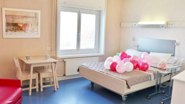 Une maternité de Grenoble vient d'installer des lits doubles pour que les parents profitent de leur nouveau-né ensemble