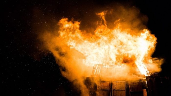 Deux jeunes femmes entrent dans un immeuble en flammes afin de sauver une vingtaine de personnes endormies