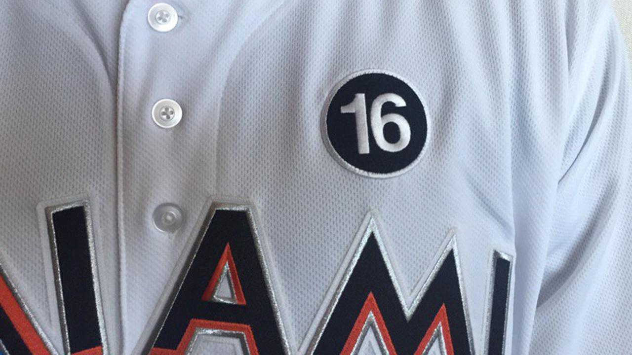 Los Marlins usan un parche con el número 16 de José Fernández