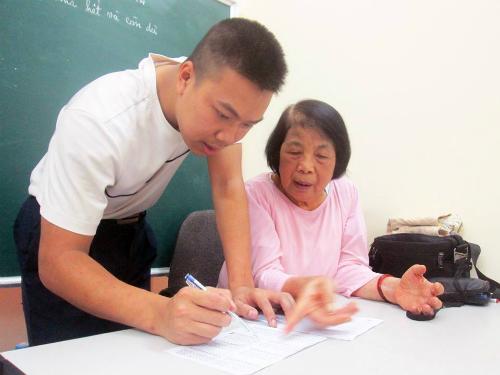 Dạy được học trò biết đọc, biết viết, tự lo cho bản thân, có thể đi làm nghề và trở thành người có ích là niềm hạnh phúc lớn nhất trong cuộc đời cô Nguyễn Thị Côi. Ảnh: Quỳnh Trang.