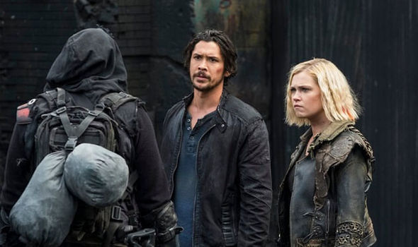 Bellamy-and-Clarke-in-The-100-season-5-episode-6-1362237