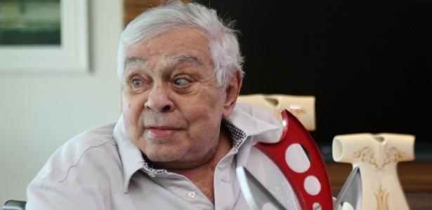 Chico Anysio recebe em seu apartamento, no Rio, comitiva de festival nordestino que irá homenageá-lo em Cubatão, São Paulo (3/11/2011)