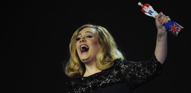 Adele comemora prêmio de melhor álbum britânico, por 21, no Brit Awards (21/2/2012)