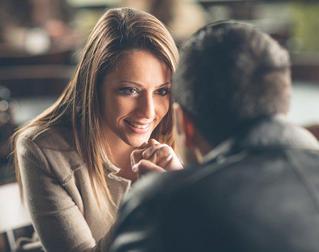 8 إشارات تعتمد على لغة الجسد تفضح إعجاب الرجل بك