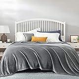Bedsure Plaid Couverture Polaire Gris Couvre-lit 220x240cm pour 2 Personnes...