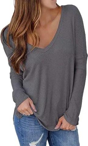 Moderner sexy Pullover als Accessoire für eine Boyfriend Jeans
