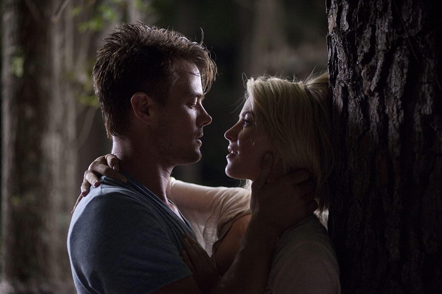 Josh Duhamel & Julianne Hough / Safe Haven / Relativity Media. © 2013. All rights reserved.