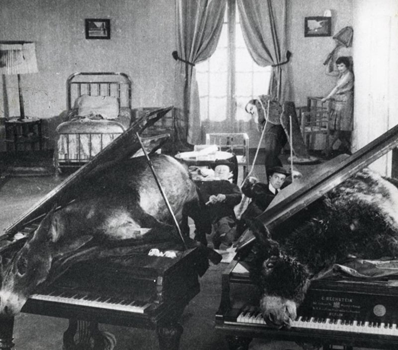 Pierre Batcheff and Simone Mareuil in Un chien andalou (1929)