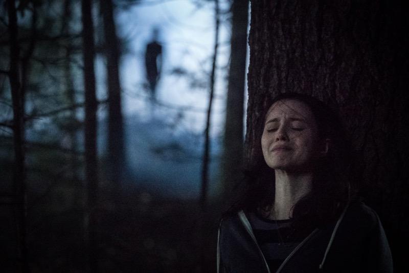 Javier Botet and Julia Goldani Telles in Slender Man (2018)
