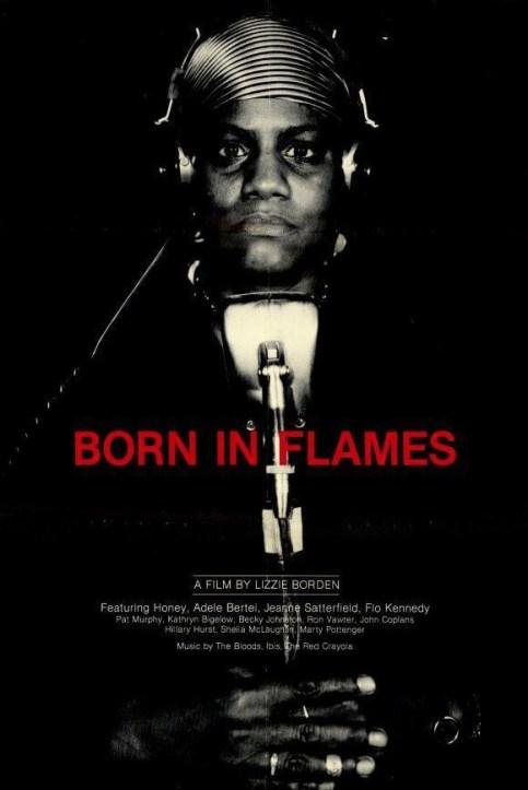 """Imagem do poster oficial do filme """"Born In Flames"""" em que mostra a personagem radialista Honey segurando um microfone."""