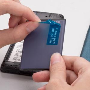 Strappare la pellicola della batteria 4