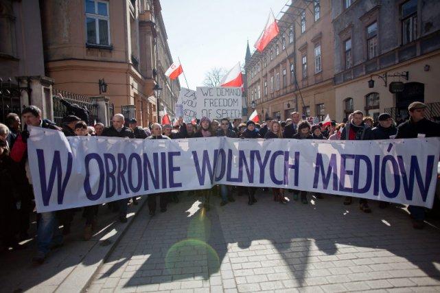 Słuchacze Radia Maryja i widzowie Telewizji Trwam w czasie manifestacji w obronie wolności słowa.