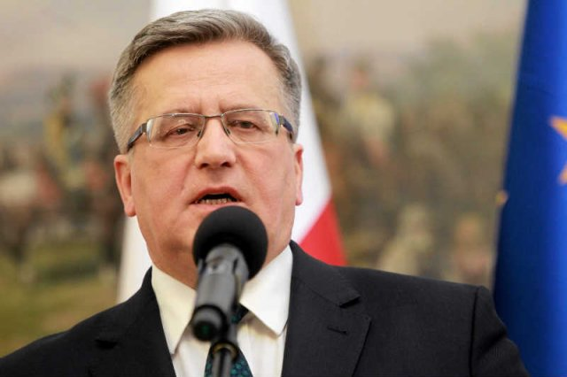 Bronisław Komorowski krytykuje Andrzeja Dudę za słowa o wysyłaniu wojsk na Ukrainę.