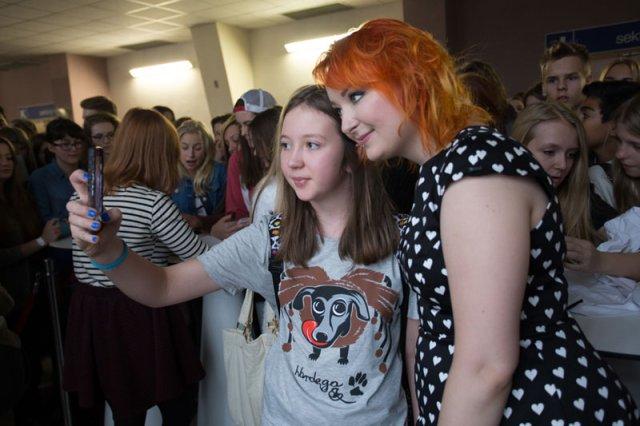 Red Lipstick Monster przez godziny rozdawała autografy i selfie z fanami. Subskrybentów na YT ma ponad 250 tysięcy.
