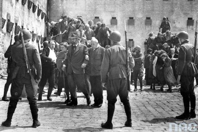 """Scena z filmu propagandowego """"Heimkehr""""."""