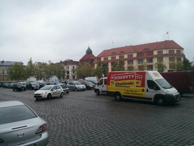 Główny plac Słupska to dzisiaj wielki parking. Robert Biedroń rozpisał konkurs na koncepcję jego zagospodarowania.