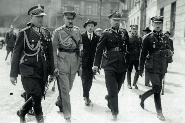 Marszałek Piłsudski w otoczeniu współpracowników w czasie zamachu majowego. Czy dziś zrobiłby w Polsce porządek?