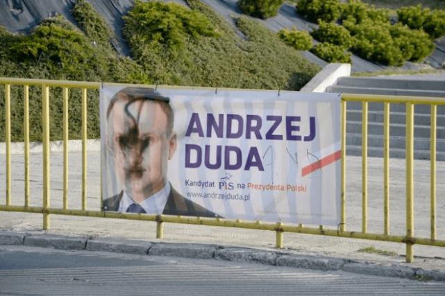 Zniszczony plakat Dudy w Janowie Lubelskim.