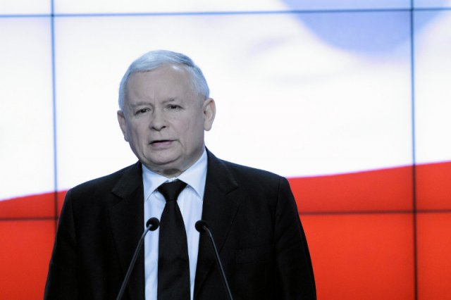 W szeregach Prawa i Sprawiedliwości coraz częściej mówi się o dłuższym wycofaniu się Jarosława Kaczyńskiego na rzecz Beaty Szydło, która miałaby być twarzą kampanii parlamentarnej.