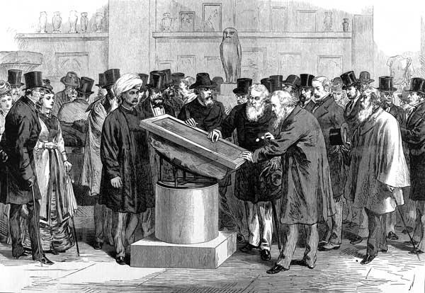 Naukowcy oglądają Kamień z Rosetty podczas Międzynarodowego Kongresu Orientalistów w 1874 roku.