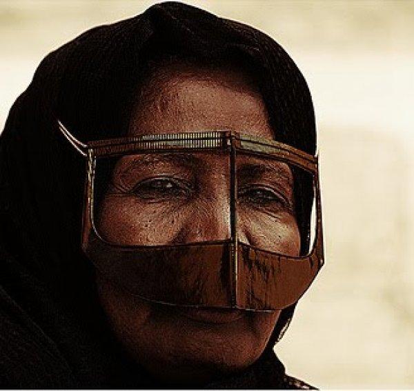 Rezultat slika za Saudijskoj Arabiji žene nose metalne maske na licu