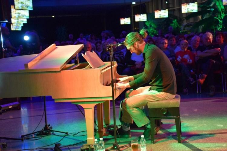 Drew de Four, amerykański wokalista,mistrz fortepianu i 300 słuchaczy w  Pijalni! | Krynica-Zdrój, Drew de Four, Michigan, fortepian, Pijalnia  Główna | Sądeczanin.info