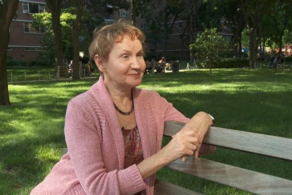 2003年秋,画家芭芭拉‧舍费尔从7米高的工作台摔到地上,多处重伤,几个月后却比出事前还健康,她说是学炼法轮功让她神奇康复。(Photo by Oliver Trey)
