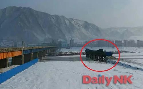 ▲据悉,连接朝鲜咸镜北道温城郡南阳工人区和吉林省图们市的新桥梁开始投入建设。照片摄于本月初。/照片=DailyNK记者姜美珍