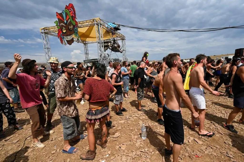 COVID-19: des milliers de personnes participent à un rave en France