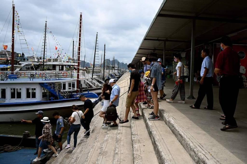 Coronavirus: au Vietnam, les touristes de retour dans la baie d'Ha Long