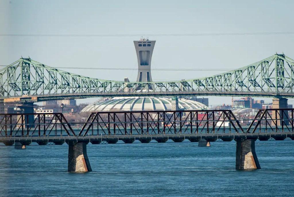 Un pont Jacques-Cartier arc-en-ciel