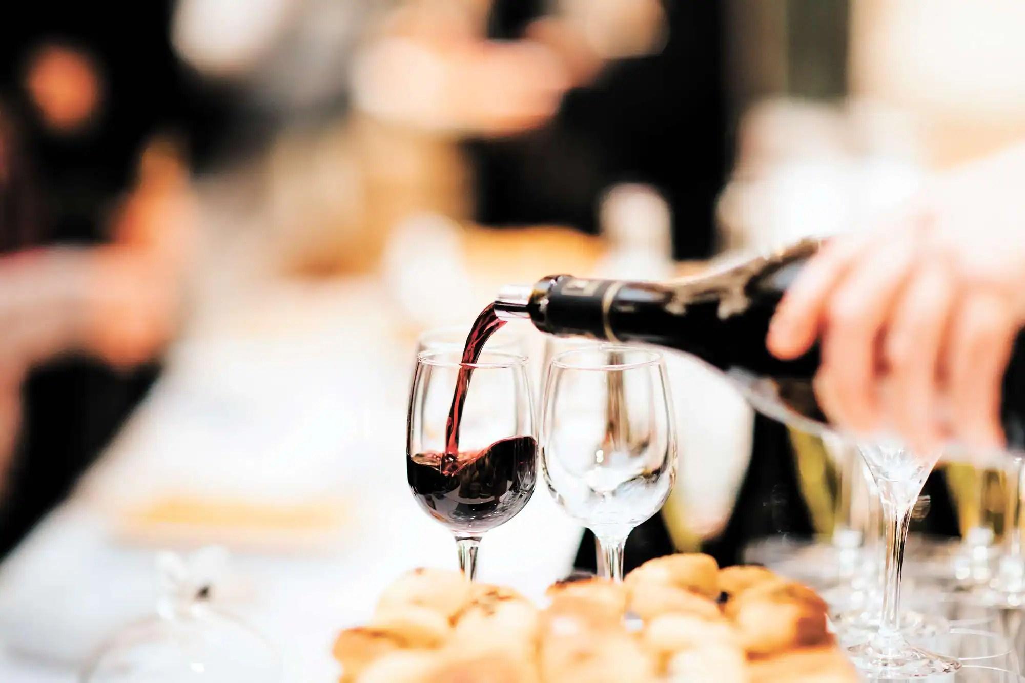 Permis d'alcool: Québec veut assouplir les règles